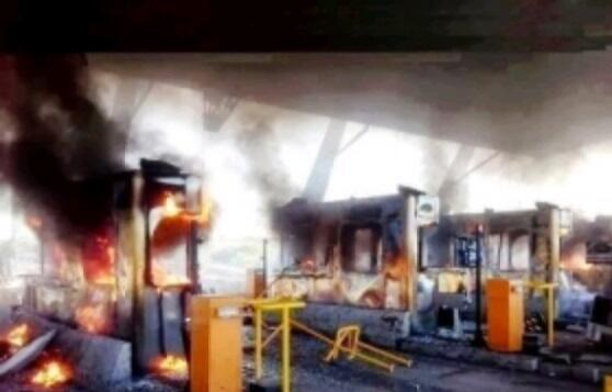 Protesters burn toll booths on the outskirts of #Athens
