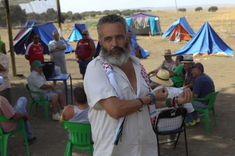 """NAC118. OSUNA (SEVILLA) 08/08/2012.- El parlamentario autonÛmico, lÌder jornalero del Sindicato Andaluz de Trabajadores (SAT) y alcalde de Marinaleda, Juan Antonio S·nchez Gordillo, durante la ocupaciÛn hoy, 8 de agosto de 2012, de la finca propiedad del Ministerio de Defensa """" Las Turquillas"""" en la provincia de Sevilla. Gordillo ha dicho que los supermercados de los que se llevaron ayer comida tambiÈn son """"responsables"""" de la crisis econÛmica. EFE/Juan Ferreras"""