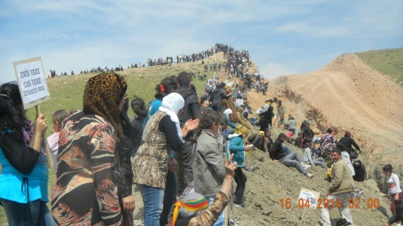(ANF/DERİK) Thousands of residents of the Cızîre Canton of Rojava have once again gathered on the border with the KRG to protest the construction of a border trench dividing South and Rojava Kurdistan.  Protesters did not carry flags or other signs expressing support for any particular political party, but came bearing shovels with which they threw dirt into back into trench in symbolic gesture of defiances. 10 tents have also been pitched in an attempt to establish a protest encampment and begin a permanent vigil along the border.