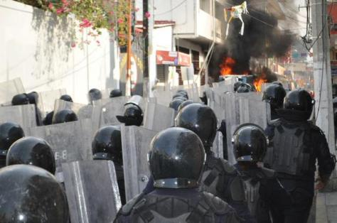Over a hundred policemen were deployed outside the building of the Judiciary of the Federation in Chilpancingo during a protest by parents of normal school. Photo Rubicela Morelos, la Journada